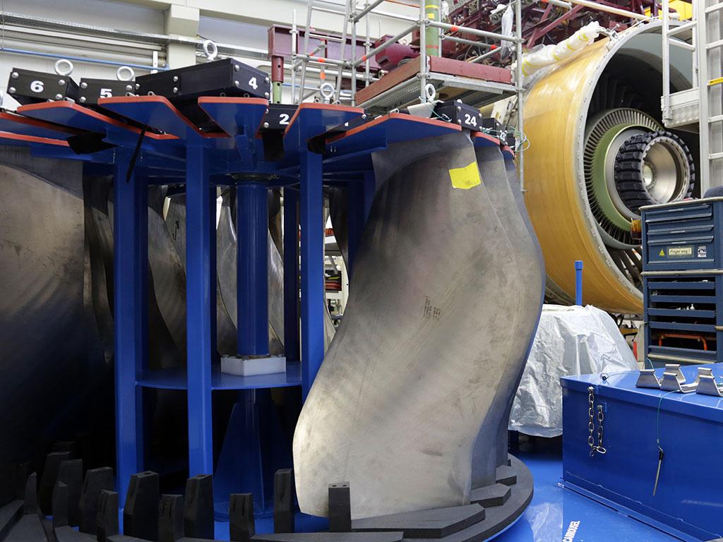 Diese Fanblades bilden später die erste Verdichterstufe. Ihre Hauptaufgabe: Luft ansaugen. Bis zu 1,4 Tonnen können es beim Testtriebwerk in der Sekunde sein.