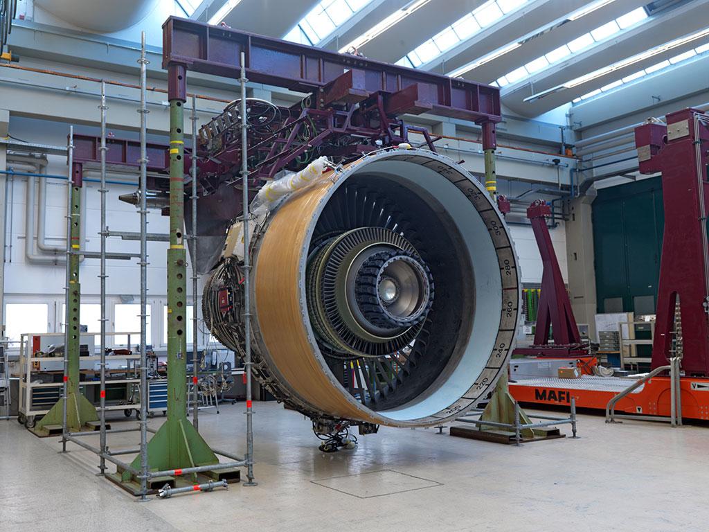 Das GP7000-Triebwerk am Test-Pylon. In einem verbleibenden Schritt müssen die Mechaniker noch die Fan-Blades anbringen.