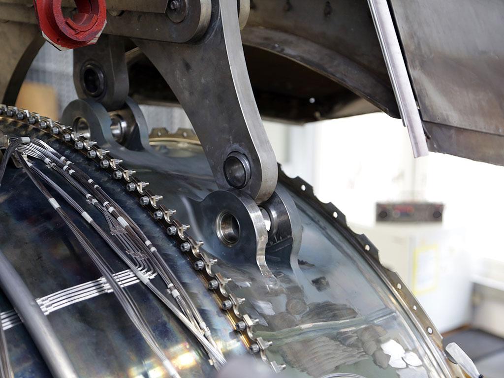 Wenige Arbeitsschritte später bringen die Mechaniker in diesen Führungen Bolzen an, die Triebwerk und Pylon miteinander verbinden.