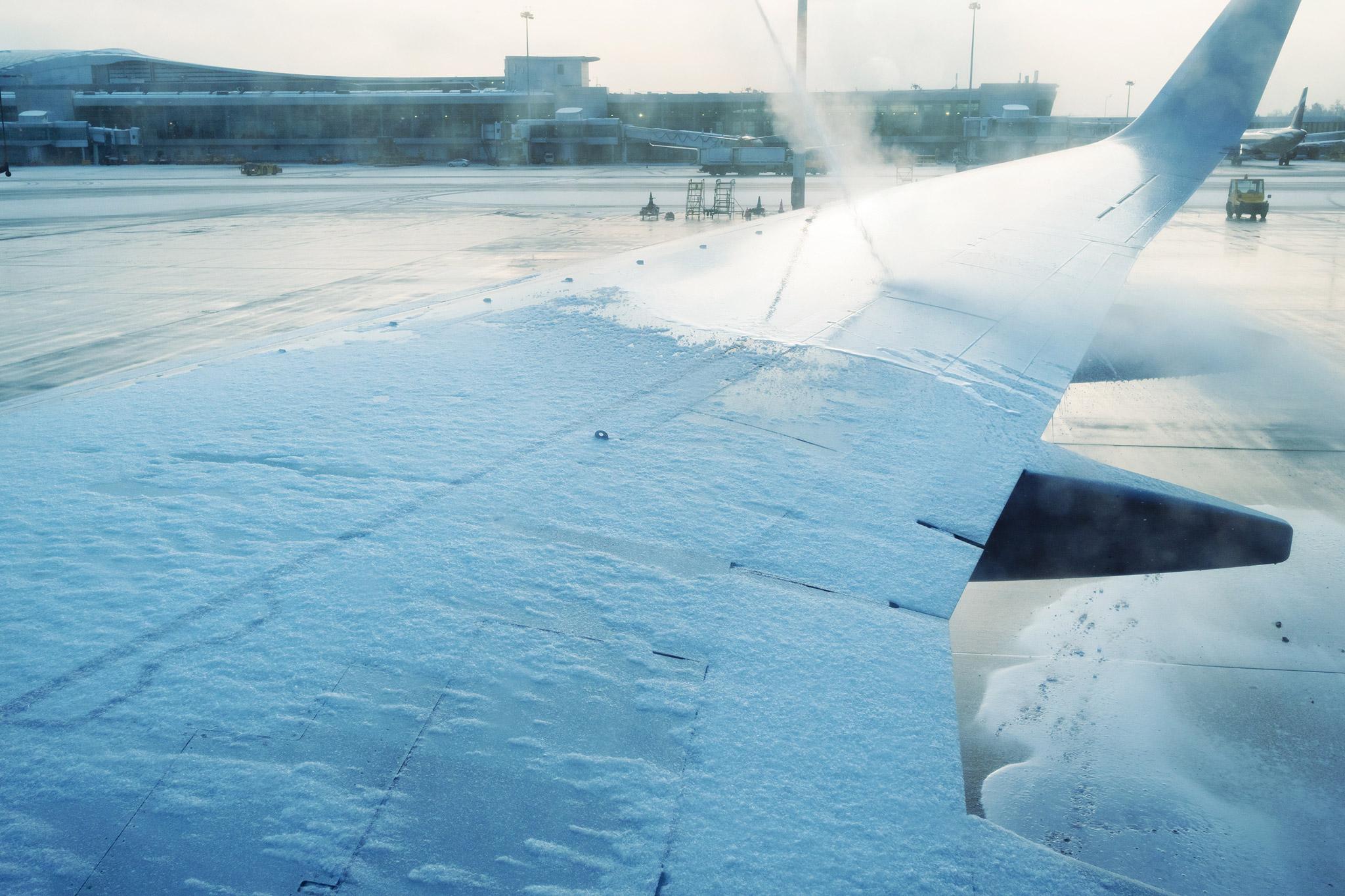 Flugzeugenteisung: Mit Dusche und Laser gegen den Frost